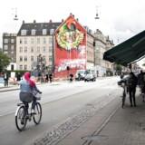 Nørrebrogade ved Den Røde Plads, hvor der tirsdag aften blev skudt gennem ruden mod en frisørsalon og en person blev ramt i den ene balle. Arkivbillede.