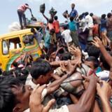 Rohingya-flygtninge stimler sammen i Cox's Bazar i Bangladesh, hvor der uddeles nødhjælpsforsyninger.