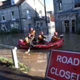 I områderne Yorkshire og Lancashire i det nordlige England har de voldsomme vandmængder skabt så markante oversvømmelser, at hæren er sat ind, og borgere har måttet evakueres med båd.