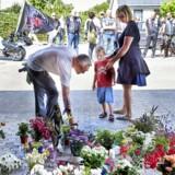 Der blev lagt mange blomster i ægteparret Kirsten og Jørgen Kraghs carport, da det blev bekræftet, at de var blevet dræbt af deres søn, Lars. Nu ruller nævningesagen ved Retten i Randers.