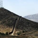 Her ses muren, der adskiller USA fra Mexico. Ved Tecate, Mexico og Tecate, Californien. EPA/PAUL BUCK