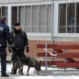 Politifolk undersøger området omkring gerningsstedet nytårsdag. Foto: Jesper Kristensen