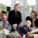 »Det bedste er de glade ansigter,« siger Lars Aarup om børnene Katinka, Bertil og Villads, som han og hustruen Lise Møller Aarup, her leger med.