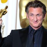 Sean Penn med sin Oscar for rollen som Harvey Milk.
