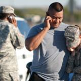 Ansatte ved Fort Hood-basen sørgede sammen efter skuddramaet og ringede til familie og venner.