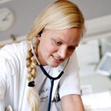 »Jeg spørger altid, hvis jeg er i tvivl, og mine beslutninger bliver gennemgået af erfarne læger. Derfor er jeg tryg i mit job,« siger Pernille Høgh Sørensen.