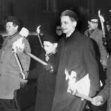 Olof Palme vakte enorm opsigt, ,da han i 1968 i Stockholm sammen med den nordvietnamesiske ambassadør i Moskva gik forrest i et fakkeltog mod USA's krig i Vietnam.