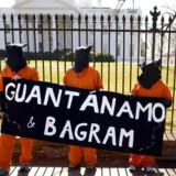 Modstandere af Guantanamo har vundet en lille sejr. Her demonstrerer nogle af dem mod den omstridte fangelejr på Cuba og den tilsvarende Bagram-base i Afghanistan.