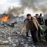 Ild og røg steg op, mens palæstinensere hjalp et offer for weekendens israelske angreb på Gazastriben.