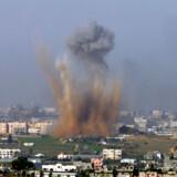 Røg stiger op efter et israelsk bombeangreb har ramt den nordlige del af Gazastriben den 28. december 2008.
