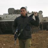 En israelsk soldat ved en konvoj af israelske kampvogne i Gazastriben mandag den 29. december 2008.