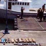 Den israelske flåde læsser beslaglagte våben af i havnen i Haifa. (Arkivfoto 2001/Reuters)