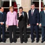 Tysklands, Storbritanniens og Italiens ledere er samlet i Paris hos Frankrigs præsident Nicolas Sarkozy for at diskutere finanskrisen.