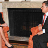 Colombias præsident Alvaro Uribe (th) er en af de første ledere, der møder Sarah Palin (tv).