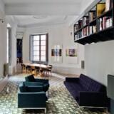 Trekantede gulvfliser – bestående af 25 forskellige design – ændrer gradvist farve fra grøn til rød og definerer de forskellige funktioner i den renoverede lejlighed, som David Kohn Architects står bag.