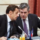 Selv om England ikke har indført euroen, var premierminister Gordon Brown inviteret med til gårsdagens topmøde. Anders Fogh Rasmussen måtte dog blive hjemme.