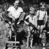 Flemming Helweg-Larsen sammen med to drenge og en SS-frivillig ved sommerhuset i Lyngby. I følge hustruen Ragna foranstaltede ægtemanden skydeøvelser i haven og opførte sig i det hele taget sådan, at hun i begyndelsen af august 1943 flyttede hjem til sine forældre i Humlebæk.