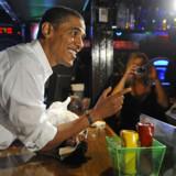 Obama hilser på personalet på en irsk pub i Clearwater i Florida.