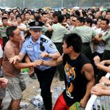 Tumult opstod, da op mod 50.000 mennesker ville have billet til OL. Flere af de rapporterende medier på pladsen fik en hård medfart af politiet.