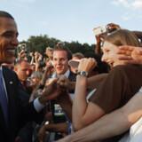 Barack Obama bliver mødt af begejstrede fans i Tyskland.