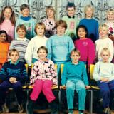 Klassebillede 1987/1988 på Frederiksborg Byskole i Hillerød: Tahira, der står ved siden af sin lærer gennem alle årene, Jørgen Kruse yderst til venstre, var det eneste mørklødede barn i klassen, og selvom hun var glad for at gå på skolen, var hun meget tilbageholdende og fik aldrig hjerteveninder.