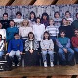 Tahira Tabassum på et klassebillede. Hun sidder på første række længst til venstre.