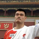 En kineser på 2,26 meter! Den kinesiske basketballspiller Yao Ming er det – i enhver forstand – største kinesiske sportsidol ved OL. I går førte han den olympiske fakkel ind på Den Himmelske Freds Plads.