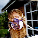 Hanne Bjerres duft- og kemikalieoverfølsomhed betyder, at hun i dag kun sjældent kommer uden for hjemmet, og når hun en sjælden gang går på indkøb iført maske, føler hun sig nedstirret og ubehageligt tilpas.
