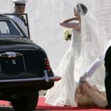 Vinden tog drilsk i brudens slør på hendes vej op til kirken.