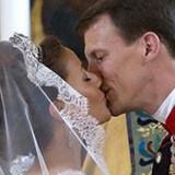 Danmarks nye prinsesse kysser sin prins.