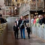 Prins Joachim er ankommet til kirken med sine to sønner Prins Nikolaj og Prins Felix, som skal være forlovere.