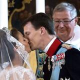 Tårerne er tørret bort, og øjnene stråler. Danmarks nye prinsepar kysser hinanden i kirken som »ægtefolk både for Gud og for mennesker«.
