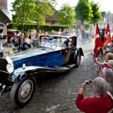 Prins Joachim og Prinssese Marie vakte jubel, da de kørte fra kirken i Krone 41 – en bugatti type 41, der var udlånt af Donington Grand Prix Collection i anledning af brylluppet.