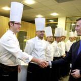 Prins Joachim hilser på teamleder for kokkelandsholdet, Per Mandrup, ved en tidligere lejlighed.
