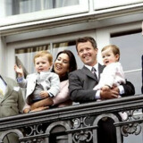 Hele den lille familie var fremme og vinke fra balkonen i regnvejret