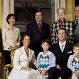 Den nye familie. Øverst fra venstre er det Christian Grassiot og Francoise Grassiot (Marie Cavalliers stedfar), Alain Cavallier, dronning Margrethe og prins Henrik. Forrest sidder brudeparret sammen med prins Joachims sønner, prinserne Nikolaj og Felix.