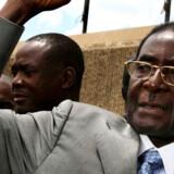 Robert Mugabe udfordres nu fra sit eget bagland.