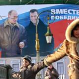 De store reklamer for Dmitrij Medvedev og Vladimir Putin flytter ikke meget forud for præsidentvalget. Mange russere mener, at deres land styres udemokratisk, men samtidig nyder de to stor popularitet, og ingen er i tvivl om at den kommende præsident hedder Dmitrij Medvedev.