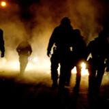 Politifolk er blandt de offentligt ansatte, som bliver udsat for vold og trusler om vold under udførelse af deres job. I Århus har en betjent fået sprængt sin privatbil i luften af ukendte gerningsmænd. Arkivfoto: Uffe Weng