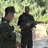 Serbiske paramilitser overvåger seks teenagere blive ført ned fra en lastbil nær Srebrenica for efterfølgende at blive dræbt ved skud i ryggen.Foto: AFP og Søren Bidstrup