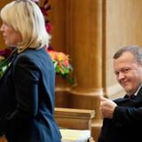 Lars Løkke Rasmussen (V) og Lene Espersen (K) blev i går mødt med en byge af spørgsmål i sagen om den omdiskuterede rapport om takster til privathospitaler.