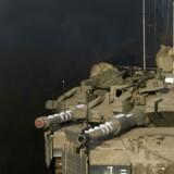 En israelsk soldat gør sin kampvogn klar.