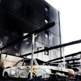 10 biler blev ødelagt og flammerne slikkede op ad en boligkarré, da gerningsmænd gik amok på Urmagerstien på Amager fredag nat.