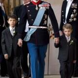 Prins Joachim træder ind i kirken sammen med Felix og Nikolaj.