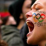 Da den olympiske ild søndag blev båret igennem Londons gader, brugte tusinder af demonstranter lejligheden til at protestere mod Kinas fremfærd i Tibet.