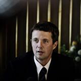 Kronprins Frederik da han lancerede sit IOC-kandidatur i 2006. Et politisk flertal mener, at Kronprinsen burde trække sit kandidatur.