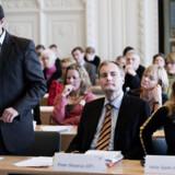 Martin Henriksen og Peter Skaarup, begge DF og Helle Sjelle (K) under gårsdagens høring, hvor der var drøje hug fra de sagkyndige til regeringens lovforslag om tålt ophold.