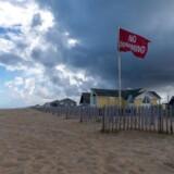 Langs kysten i North Carolina forbereder beboere sig på orkanen Florence. Her advares mod svømmeture på en strand i Kill Devil Hills 11. september 2018.