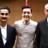De to tyske fodboldspillere med tyrkisk baggrund, Mesut Özil og Ilkay Gundogan, i selskab med den tyrkiske præsident Erdogan. Mødet har skabt kritik af Özil, som til gengæld føler sig forfulgt og har forladt det tyske landshold.