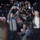 En evaluering har vist, at scenelkunstens store årlige prisfest, Årets Reumert, er mere tilbageskuende end nytænkende. Det får nu Bikubenfonden, der har har stået bag prisuddelingen i 20 år, til at forlade festen. Her er der jubel på scenen, da Aalborg Teater med Morten Kirkskov i spidsen modtog prisen for Årets Forestilling i 2015.
